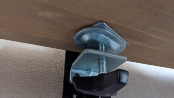 モニターアームの補強プレート(裏側